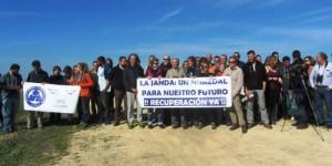 Amigos defensores de la recuperación de la laguna de La Janda se concentraron en 2016 para recordar la titularidad pública de los terrenos.